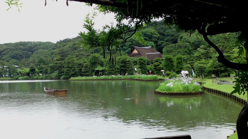 三渓園 大池に浮かぶ舟.jpg