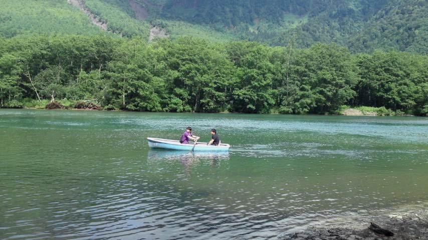 上高地 大正池とボート.jpg