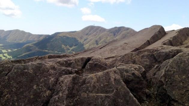 箱根金時山の岩肌と天下の剣.jpg